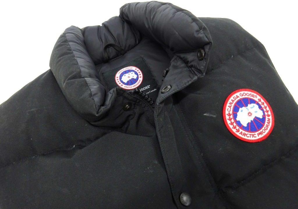 カナダグースの黒のダウンベストの汗や皮脂汚れクリーニング例01